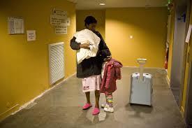 Una inmigrante con sus hijos en un centro sanitario. Foto Médicos del Mundo