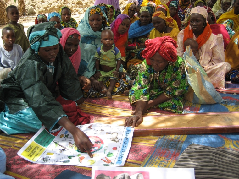 HKI-Using educational materials in Diffa village-Burkina Faso