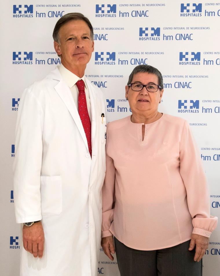 2015 11 12 El Dr. Obeso junto a Juana Baraja (paciente)