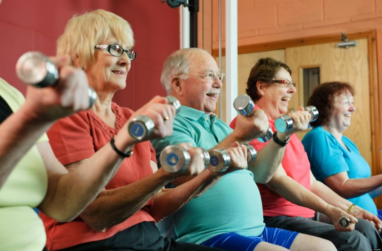 C572GP Older people lifting weights in gym